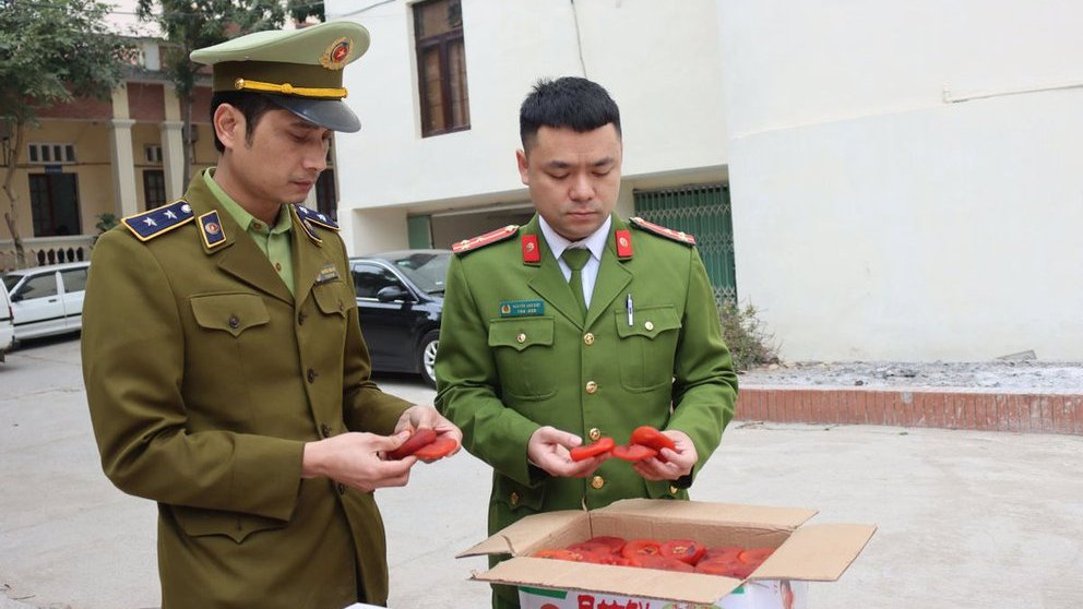 Bắt giữ 1,2 tấn hồng sấy dẻo nhập lậu đang tuồn ra thị trường - 1
