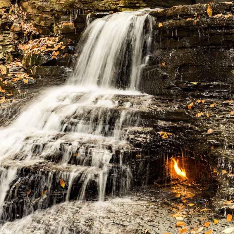 Ngọn lửa vĩnh cửu cháy bên trong thác nước, du khách được dặn nhớ mang theo bật lửa - 1