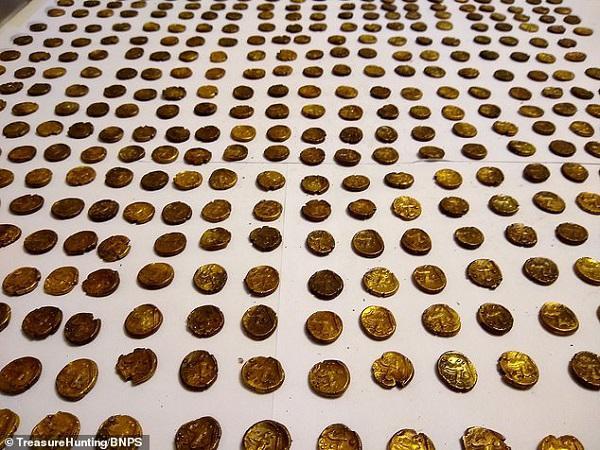"""Vừa đi vừa """"hóng đại chiến""""giữa 2 con chim, người đàn ông đạp trúng kho tiền vàng 2.000 năm - 1"""