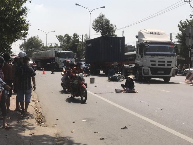 Bình Dương: 2 ông cháu tửvong sau va chạm với xe tải - 1
