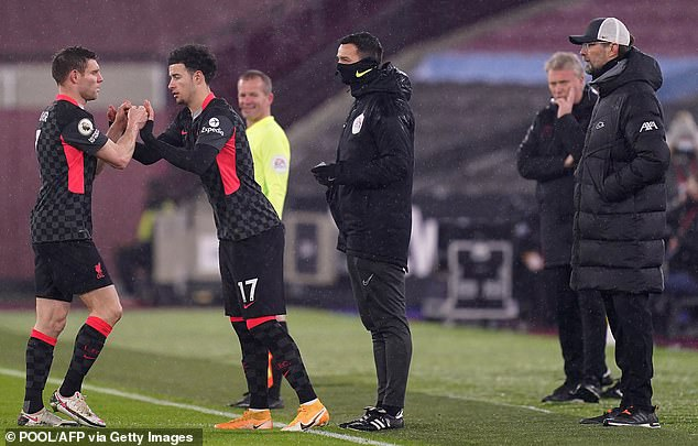 HLV Klopp lý giải màn tranh cãi với Milner, Salah tố VAR hại Liverpool - 1