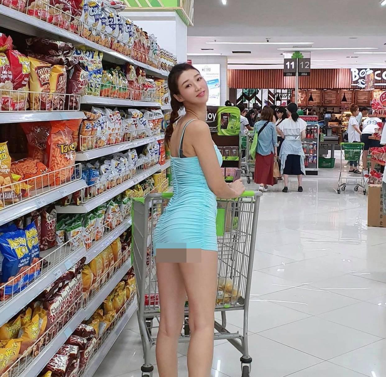 """Người đẹp Hàn Quốc """"gặp hoạ"""" trong siêu thị, nhà sách vì váy áo ngắn chẳng tày gang - 1"""