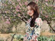 Á hậu Thụy Vân diện áo dài duyên dáng tất bật chạy show Tết
