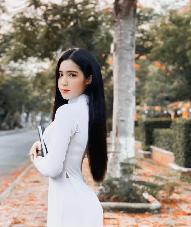 """Đinh Triệu Đoan Nghi (sinh năm 2002), quê Đồng Tháp từng được báo Trung Quốc ca ngợi hết lời với loạt ảnh diện áo dài. Cô được khen là mặc áo dài """"hấp dẫn không tưởng""""."""