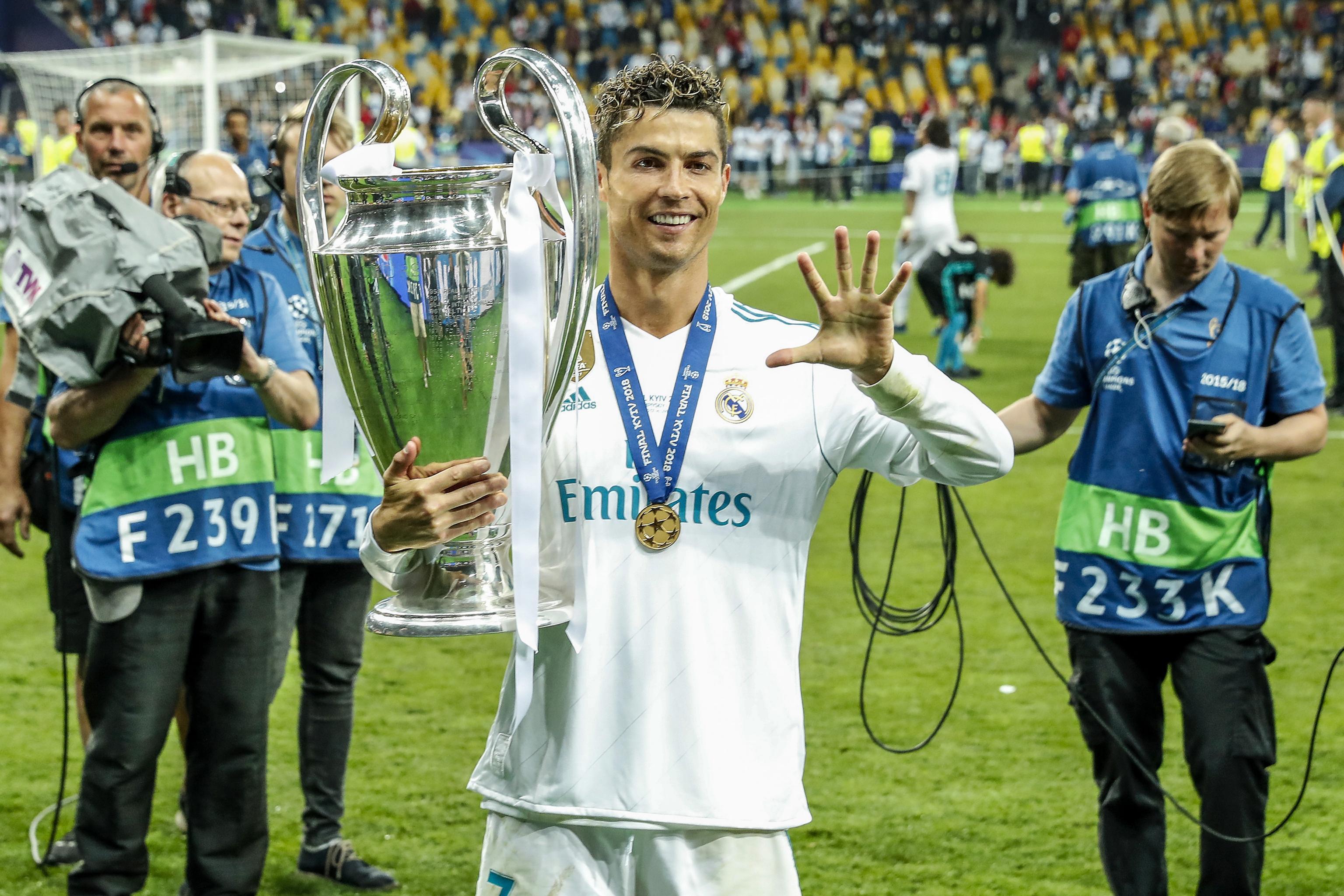 """Cristiano Ronaldo 36 tuổi: """"Cây trường sinh"""" kiệt xuất và ước mơ QBV thứ 6 - 12"""