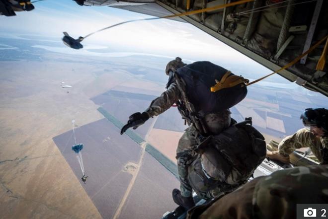 Đặc nhiệm Mỹ và Anh đâm vào nhau khi nhảy dù từ độ cao 5.400 mét ở nơi có khủng bố IS - 1