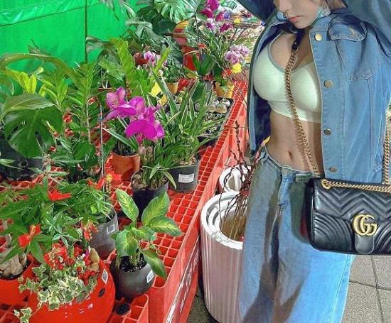 Gái xinh đi chọn cây ngày Tết nhưng lấn át hoa cỏ nhờ phong cách gợi cảm - 1