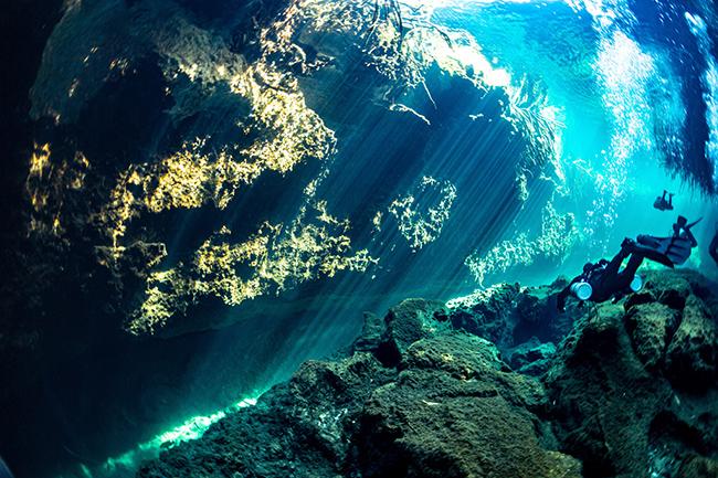 Một con sông dưới mặt nước biển: Đây không phải thực sự một con sông, mà là một ảo ảnh quang học. Đám mây trông có vẻ kỳ diệu này ngăn cách nước biển mặn bên trên với nước ngầm ngọt khiến nó có vẻ như những người thợ lặn đang bơi trong một dòng sông dưới mặt nước biển.