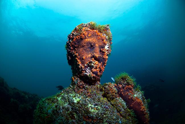 Tượng: Các bảo tàng không phải là nơi duy nhất bạn có thể tìm thấy các di tích lịch sử. Nếu may mắn, những người thợ lặn biển sâu thỉnh thoảng bắt gặp những bức tượng cổ bị chìm.