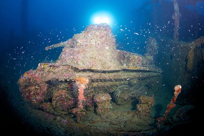Xe tăng: Nhắc nhở về các cuộc chiến tranh trong quá khứ có thể xuất hiện ở bất cứ đâu và bao gồm cả đại dương. Các thợ lặn biển sâu rất nhiều lần tìm thấy tàn tích của những chiếc xe tăng dưới đáy đại dương.