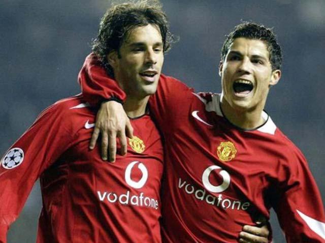 """Thâm cung bí sử MU: Van Nistelrooy """"bay màu"""" vì dám coi thường Ronaldo - 1"""