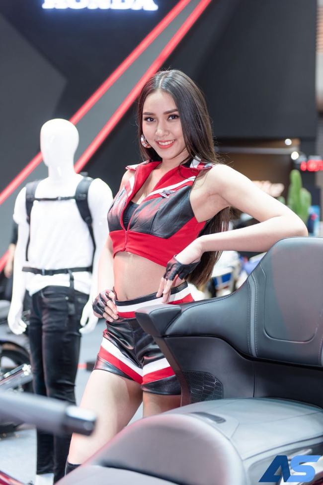 Người đẹp nở nụ cười rực rỡ tạo dáng bên siêu mô tô.