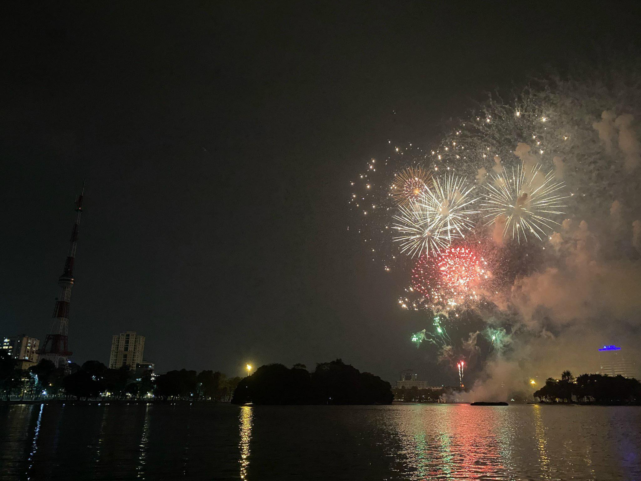 """""""Tiệc ánh sáng"""" chào năm mới Tân Sửu 2021 - 1"""