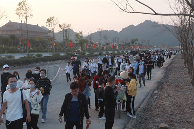 Người dân chen nhau khai báo y tế, viếng chùa Tam Chúc chiều mùng 3 Tết - 1