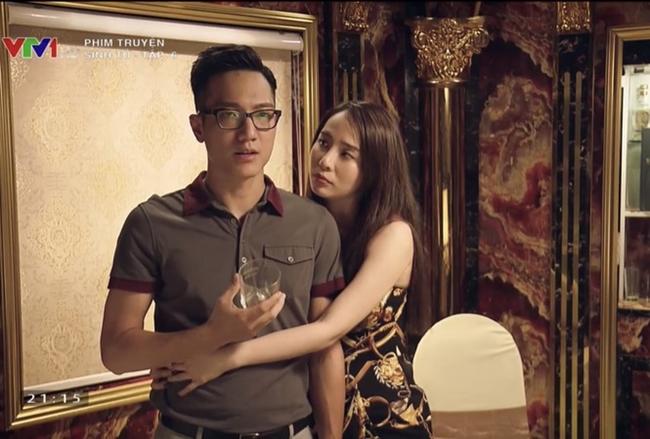 Trần Bạt rơi vào lưới tình với Quỳnh Trinh (Quỳnh Nga đóng). Trong phim, cả hai có nhiều cảnh quay tình tứ. Sinh tử là bộ phim truyền hình gần đây mà Chí Nhân tham gia sau ồn ào tình cảm năm 2015.