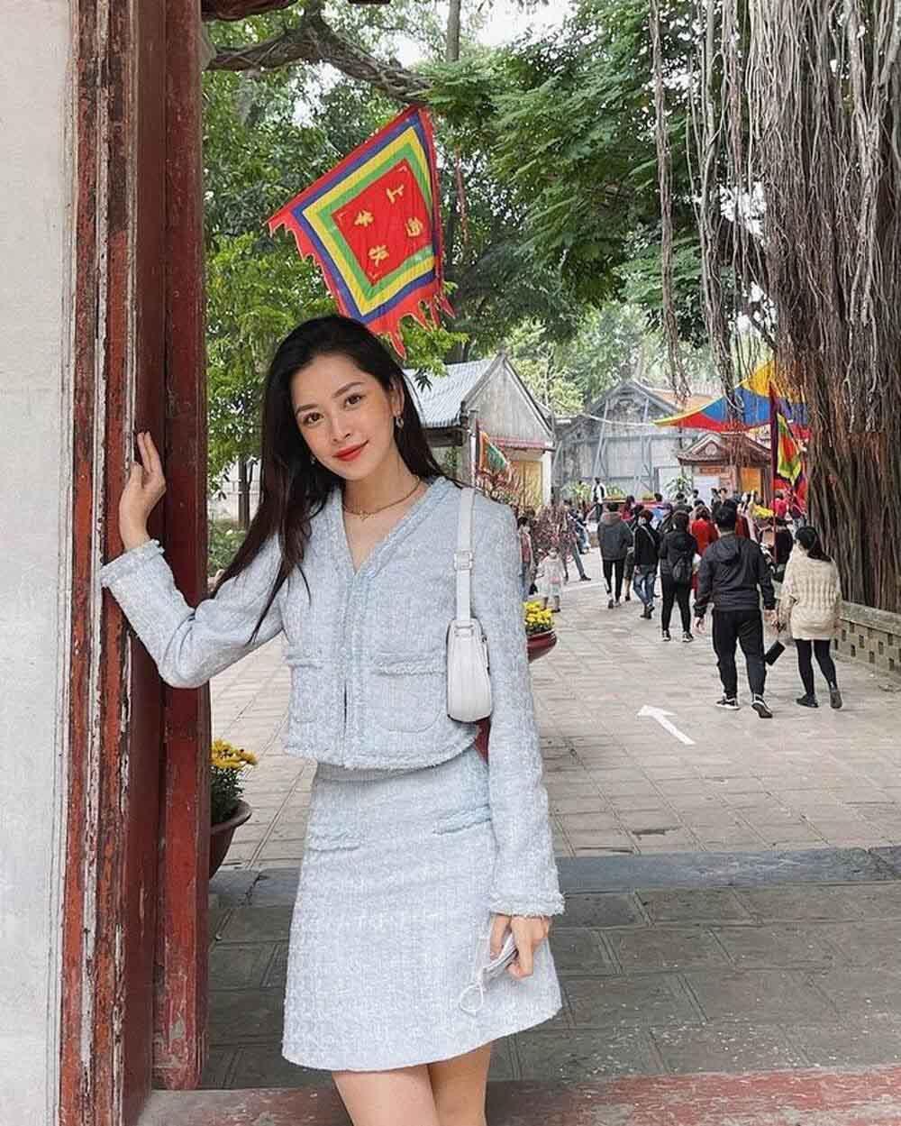 Chi Pu, Minh Tú bị chỉ trích diện trang phục không phù hợp khi đi lễ chùa - 1