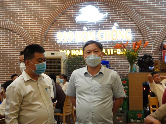 Trong đêm, lãnh đạo TP HCM bất ngờ thị sát phòng, chống dịch Covid-19 tại quán ăn - 1