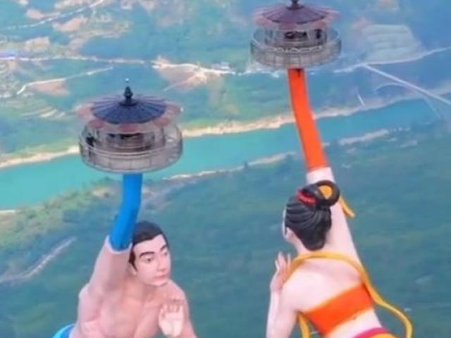 Du lịch - Trải nghiệm hú hồn trên 2 bức tượng xoay tay giữa trời tại Trung Quốc