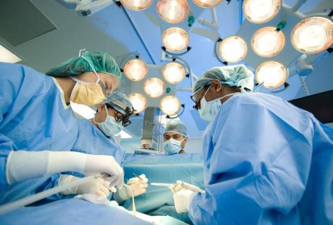 """Bác sĩ nói về thông tin """"bệnh nhân ung thư đụng dao kéo sẽ nhanh chết"""" - 1"""