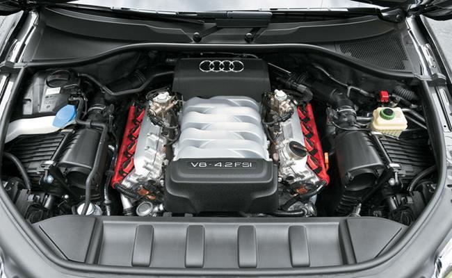 Ngoài ra, để giảm tải trọng của Q7, cửa sau, mui xe và lá chắn bùn đều được làm bằng nhôm. Nội thất Audi Q7 rộng rãi và tiện nghi hơn nhiều nhờ tăng chiều dài cơ sở và khoảng cách giữa hai trục xe.