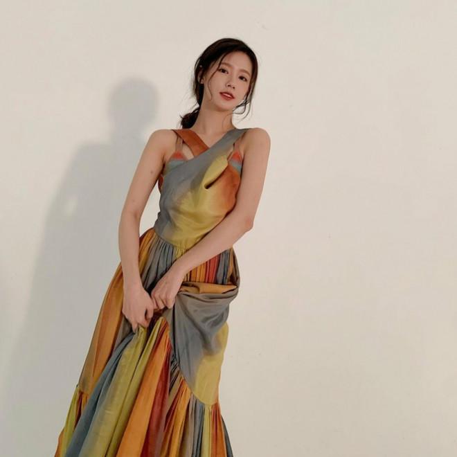 """Đã tìm ra """"chiếc váy thần thánh"""" được các mỹ nhân châu Á yêu thích nhất: Jisoo liệu có thắng thế? - 1"""