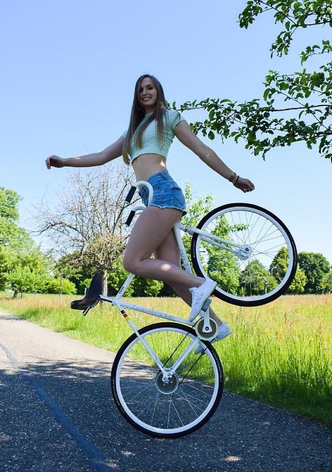 Video: Cô gái 9X biểu diễn xe đạp khiến hàng triệu người thán phục - 1