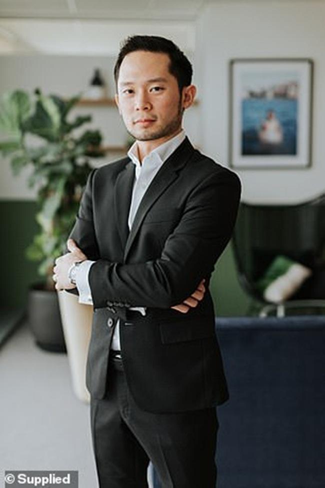 Người đàn ông này đã tốt nghiệp thạc sỹ quản trị kinh doanh. Tuy nhiên, hầu như không có thông tin về gia đình, bạn gái hay người thân của Darren Chan.