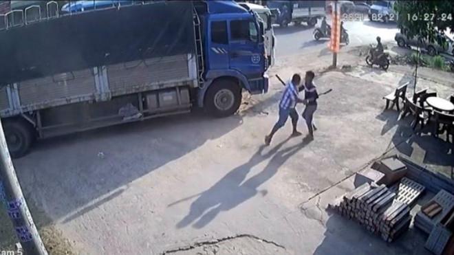 Clip: Bàng hoàng cảnh 2 tài xế đuổi chém nhau trên quốc lộ - 1