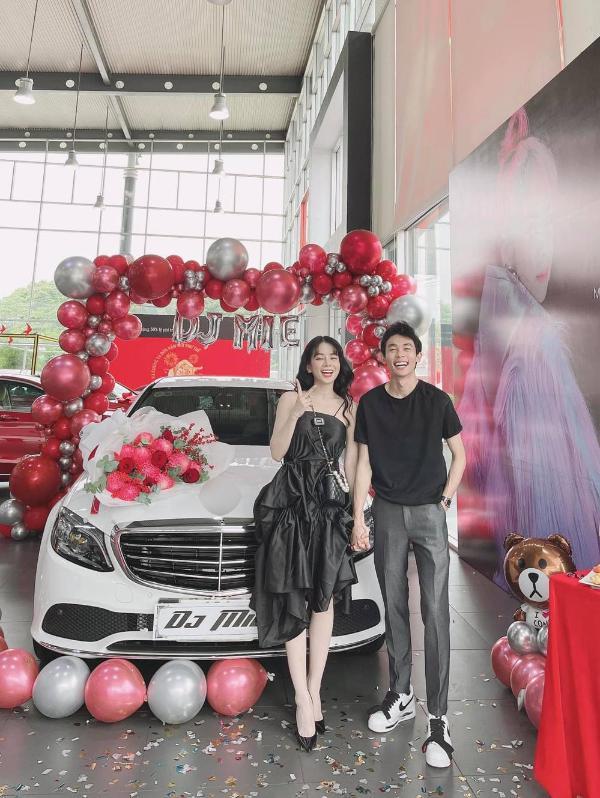 Bóc giá xế hộp Hồng Thanh nắm chặt tay DJ Mie đi nhận ngày đầu năm mới - 1