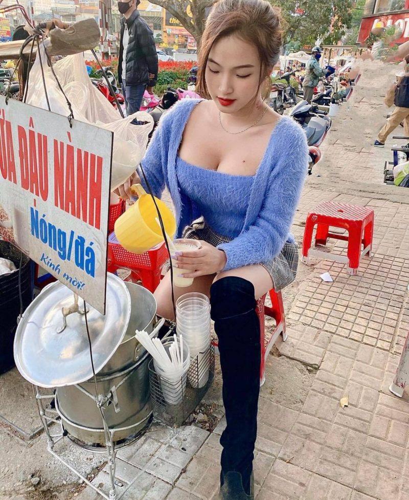 """""""Hot girl áo dài trắng"""" mặc gợi cảm bán sữa đậu nành tại Đà Lạt gây chú ý - 1"""