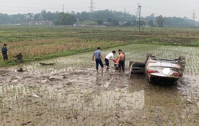 Hyundai Elantra mất lái lao xuống ruộng, lật ngửa và hư hỏng nặng - 1