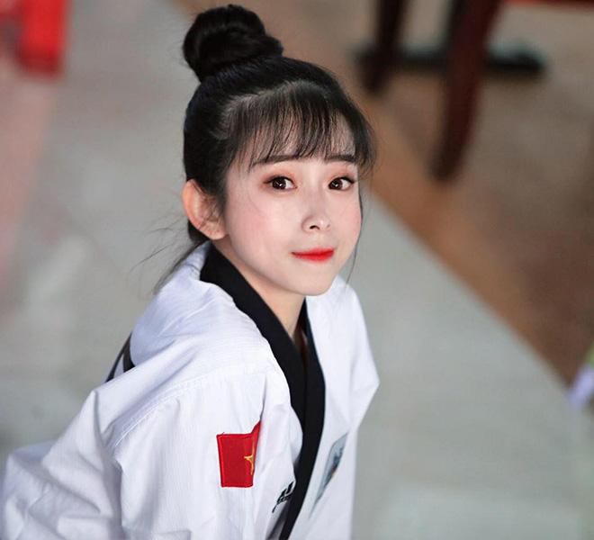Hot girl Châu Tuyết Vân xoạc chân như cánh cung khiến fan Yoga cũng nể - 1