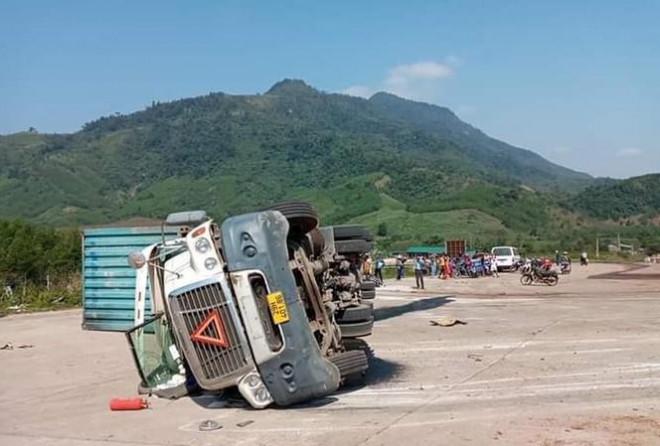 Xe container lật, đè chết 2 người đi đường - 1