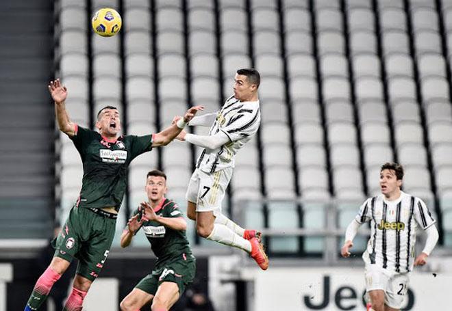 """Ronaldo bật nhảy như siêu nhân ghi 2 bàn đánh đầu, lập kỳ tích """"khủng"""" - 1"""
