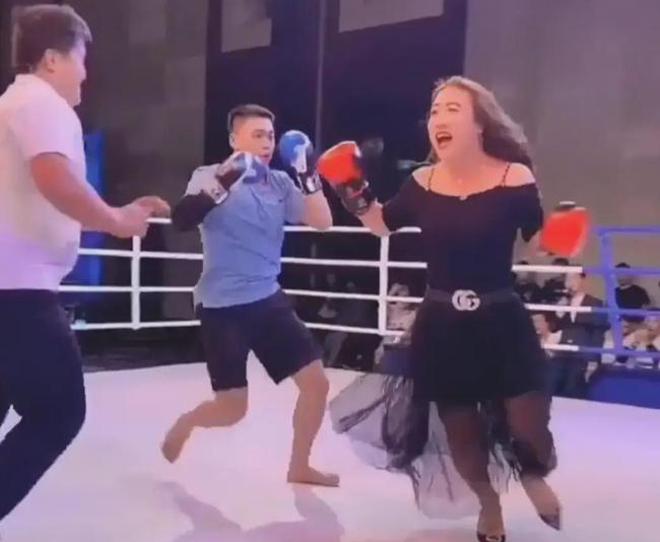 Tay đấm UFC dự giải võ nam đấu nữ đi giày cao gót - 1