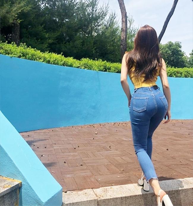 Ngoài ra, Kim Sori còn yêu thích những chiếc quần jean ôm sát tôn đường cong như thế này.