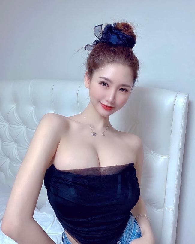 Trên trang cá nhân, người đẹp thường đăng tải những shoot hình gợi cảm thể hiện phong cách sexy đặc trưng.