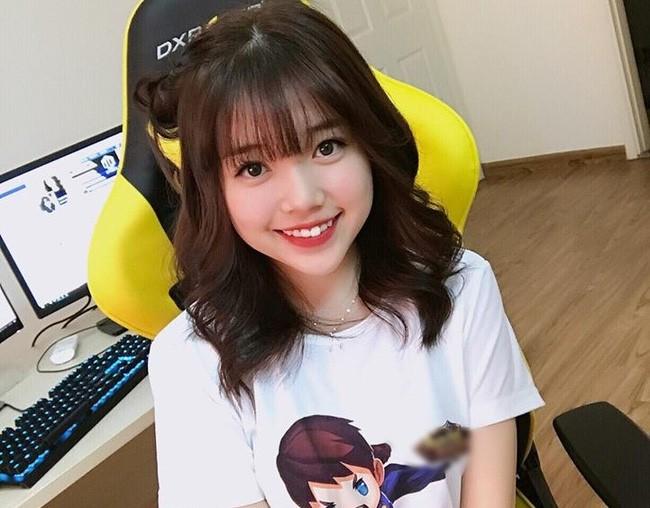 Linh Ngọc Đàm là một trong những cô gái được giới trẻ yêu mến, cô thường mặc áo phông khi live.