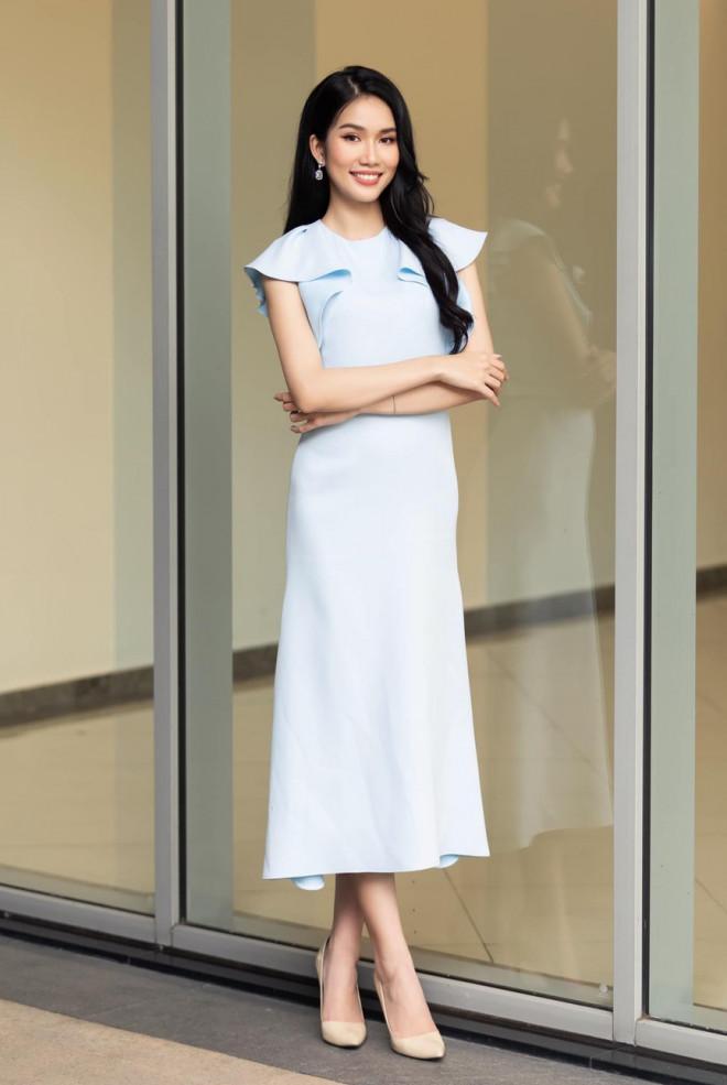 Á hậu Phương Anh mặc áo crop-top khoe vòng eo 'con kiến' - 1