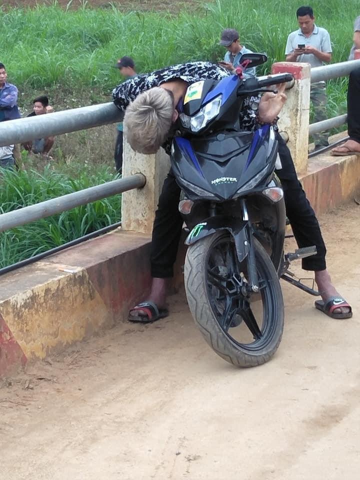 Nam thanh niên chết trong tư thế đang ngồi lái xe máy - 1