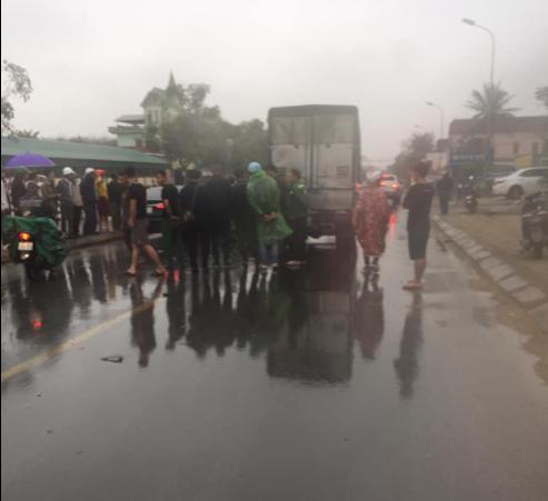 Va chạm với xe tải trước cổng bệnh viện, 2 thanh niên thương vong - 1