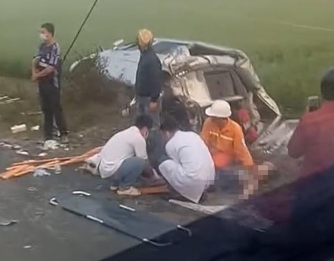 Xe tải va chạm với xe khách, 8 người thương vong - 1