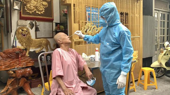 TP.HCM lấy mẫu xét nghiệm COVID-19 người đi chùa - 1
