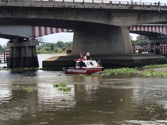 Gần 24 giờ lặn tìm người nhảy sông Sài Gòn - 1