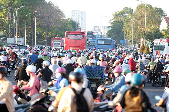 Đường phố Sài Gòn ùn tắc trong ngày học sinh trở lại trường sau thời gian nghỉ dịch COVID-19 - 4