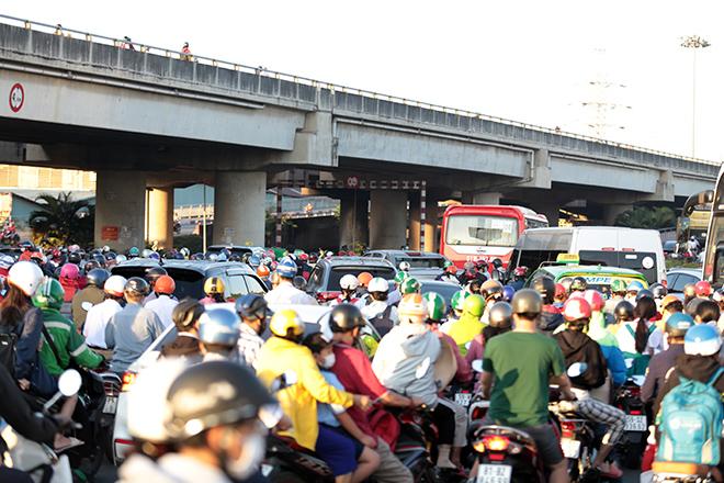 Đường phố Sài Gòn ùn tắc trong ngày học sinh trở lại trường sau thời gian nghỉ dịch COVID-19 - 5