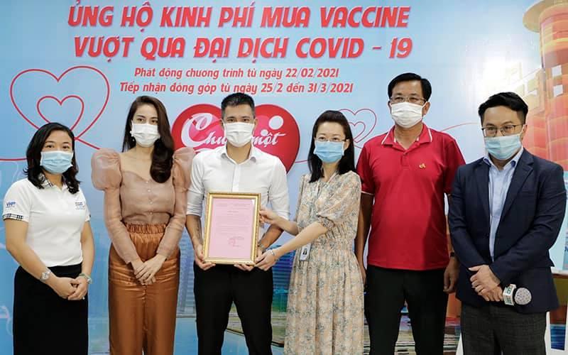 Thủy Tiên - Công Vinh góp kinh phí mua Vaccine Covid-19, dân mạng phản ứng bất ngờ - 1
