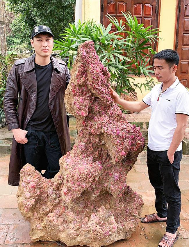 Theo đó, khối thể ruby cao 1m68, nặng 1 tấn được anh Toản giao bán với giá 8 tỷ đồng