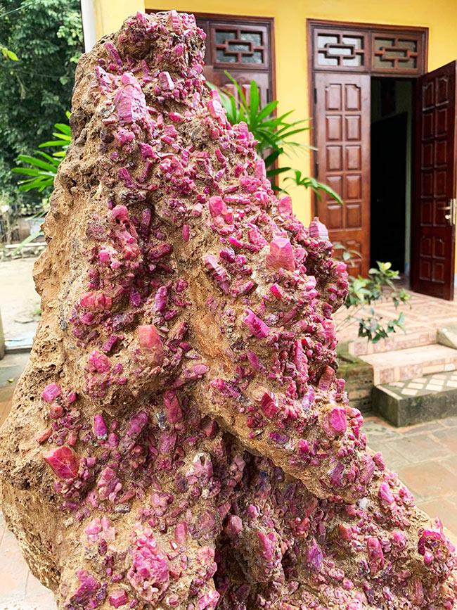 """Chủ nhân """"siêu phẩm"""" cho biết khối tinh thể ruby được khai thác từ lâu nhưng gần đây anh mới mang ra cho mọi người chiêm ngưỡng. Nguồn đá ruby ngày càng cạn kiệt do con người khai thác, vì vậy khối tinh thể ruby lớn như vậy được coi là """"báu vật"""" của đất Lục Yên"""