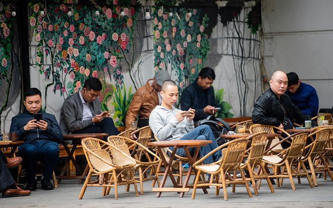 Hà Nội: Quán cà phê đông đúc trở lại sau nửa tháng đóng cửa chống dịch - 1